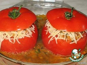 на нее наши фаршированные помидорки с перетертым сыром.   Добавляем кипятка, в котором предварительно растворили грибной кубик, закрываем верхушками от помидор   и ставим в разогретую до 200 гр духовку на 25 минут.