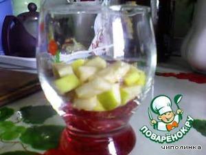 Нарезанные фрукты уложить слоями:      Яблоко.