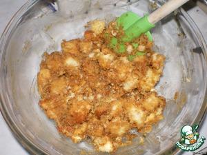 Бисквитные кубики складываем в миску и перемешиваем с варёным сгущёным молоком.