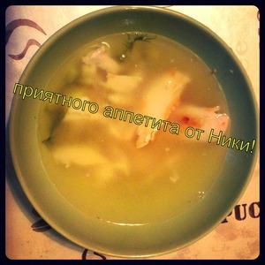 Наливаем суп в тарелку и перед подачей туда режем нашу хрустящую курочку. Приятного аппетита! Крепкого здоровья! Отличного настроения!