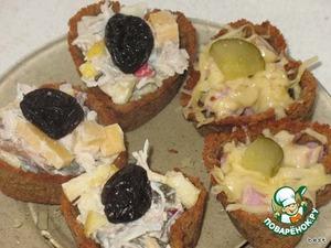 Готовые корзинки можно нафаршировать чем угодно. Любым салатом (у меня, в данном случае, три корзинки с куриным салатом, а две - с ветчиной и сыром.