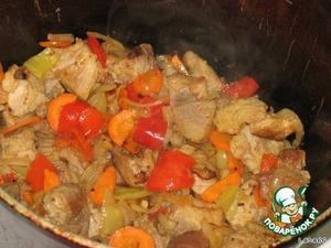 Когда все красиво зажарится, добавить томатную пасту.   Залить кипятком, убавить огонь, проварить до мягкости мяса.
