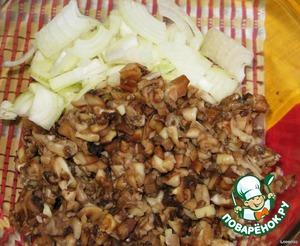 Подготавливаем начинку: грибы и лук нарезаем по желанию