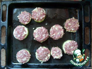 """Prepare the stuffing: mix the minced meat, chopped zucchini, spices for minced meat, salt and pepper to taste.  Spread prepared stuffing on our slices, with """"flat cap,"""" I hope you can see in the photo."""