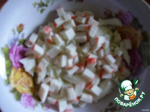 Crab sticks cut into small cubes and put in bowl, grease with mayonnaise.