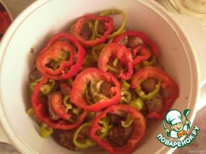 Сверху слой мяса, затем болгарский перец