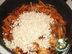 Затем выкладываем рис и жарим еще 3-4 минутки, мешаем постоянно, огонь большой.