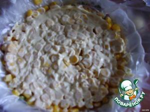 Выкладываем белок - на терке или кубиками, сверху кукурузу.