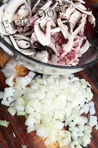 Грибы нарезать пластинами, ветчину - полосками. Лук очистить и измельчить.
