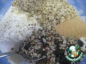 Делаем тесто из муки, сливок, разрыхлителя, йогурта, растительного масла;   добавляем семечки, орехи и овсянку, корицу и ванильный сахар;   хорошо перемешиваем;      Пшеничную и ржаную муку можно брать (1:1).