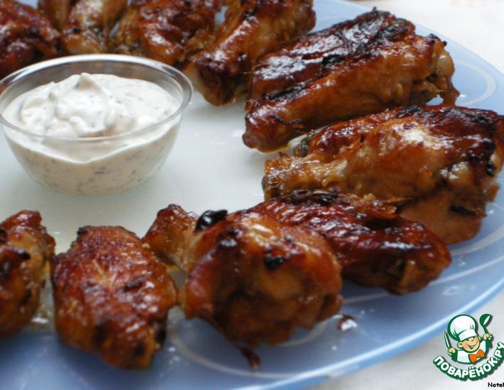 Рецепт: Глазированные куриные крылышки с чесночным соусом