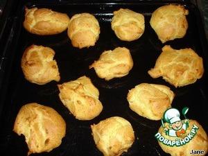 Готовые булочки охладить и разрезать пополам по горизонтали. Середину заполнить кремом или взбитыми сливками.