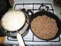 Раньше я делала перец с сырым фаршем, было неплохо, но перец отдельно, котлетка внутри отдельно, жестковатая такая (а может, просто придираюсь?). А вот если фарш предварительно обжарить... Вкуснятина! Сочно, рассыпчато, все вместе.    Рис отварить до полуготовности, фарш обжарить на масле (выложить на разогретую сковородку и мешать, мешать, мешать его, посолить, поперчить).