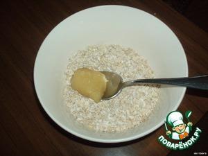 Высыпать овсянку в миску и положить мёд.
