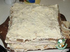 Формируем торт:   первый корж смазываем майонезом, выкладываем грибы.    Второй корж смазываем ветчинным муссом.    Третий корж смазываем яичной начинкой.    Четвёртый корж смазываем печеночным паштетом.   Кладем пятый корж.    Смазываем его сырной помазкой: потереть сыр, добавить горчицу и майонез.    И оставляем как минимум на 12 часов чтоб торт пропитался.