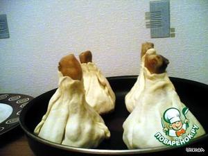 Выложить куриные голени в тесте на смазанный маслом противень или сковороду, смазать тесто сырым яичным желтком.