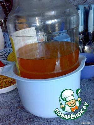 Делаем рассол. В литр горячей кипяченой воды добавляем соль,сахар и уксус.Заливаем рассолом рулетики, накрываем тарелкой, и сверху ставим груз. У меня была банка с соком. Потом поставила банку с водой.