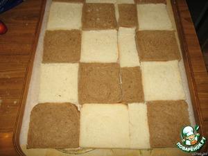 На поднос укладываем белый и чёрный хлеб.   Можно, как на картинке, или слой чёрный, слой белый, кому как нравится.   Намазываем колбасной массой.