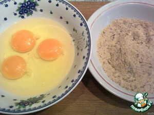Яйца взбить в одной тарелке. В другой сухари смешать со специями (можно и без). Подготовленные котлетки хорошо обмакнуть в яйцах со всех сторон, а затем в сухарях (в сухарях аккуратно, потому что со стороны перца они плохо пристают). Обжарить котлетки на растительном масле