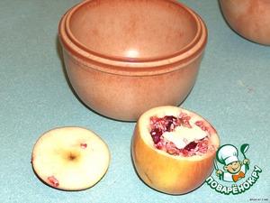 Из яблок вырезать середину и наполнить начинкой. Положить ч. л. сливочного масла сверху, и закрыть.