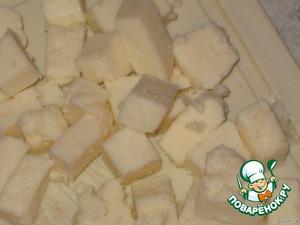 Адыгейский сыр порезать кубиками, можно взять любой другой свежий сыр (фета, брынза, сулугуни), я люблю адыгейский, соленые не очень.