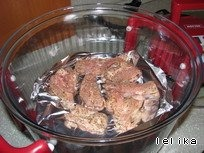 Уложить мясо на решетку ( я положила еще и фольгу, потому что ну очччень лень потом драить решетку)