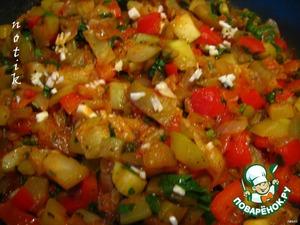 В готовое овощное ассорти добавляем 3 ст.л. белого бальзамического уксуса и пропущенный через пресс чеснок, перемешиваем и даем настояться минут 30. Подаем с макаронами.