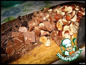 Ножом рубим шоколад и орехи.