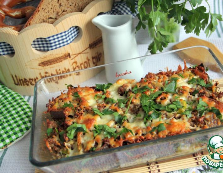 Рецепт: Запеканка из хлеба и фарша под сметанной заливкой