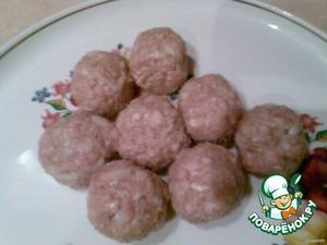 Фарш посолить, поперчить, добавить 1 яйцо, слегка припущенный мелко нарезанный лук и сформировать шарики.