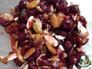 Приготовить начинку: смешать вишню, мед, орехи и крахмал, и оставить минут на 20.