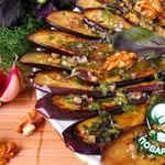 Баклажаны под зеленым соусом с орехами