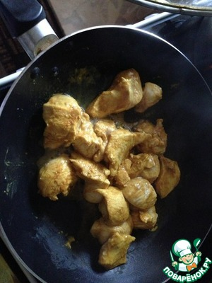 Режем курицу, маринуем ее в смеси из горчицы, соевого соуса, соли и карри. Жарим курицу на сковороде БЕЗ МАСЛА и в конце добавляем немного кефира. Перемешиваем и сразу снимаем с плиты.