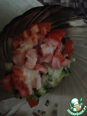 Режем помидор, огурец мелко. Кладем все в салатницу, туда же курочку.