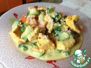Делаем соус: лук, корнишоны и кефир перемалываем блендером. Поливаем смесью салат, сверху посыпаем чесночным порошком и кунжутом.
