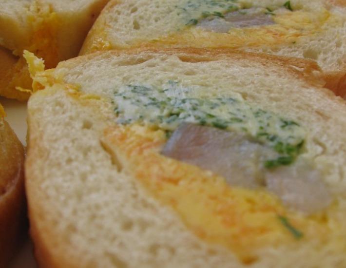 """Рецепт: Багет """"Закусочный"""" с сельдью и разноцветным маслом"""