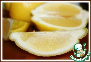 2. Squeeze the juice of 4 lemons.