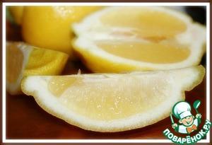 2. Выжaть сок 4 лимонов.