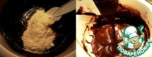 Муку смешать с пекарским порошком, в несколько подходов ввести в шоколадную массу, всё очень тщательно перемешивать лопаткой.