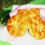 Булочки-лепёшки с сыром, луком и зеленью