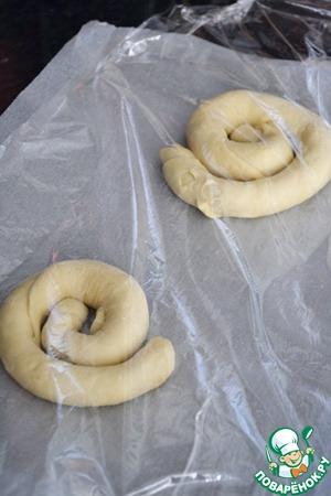 Уложить улитки на противень и дать подняться во второй раз в теплом месте - на 1-2 часа, булочки должны снова увеличиться в 2 раза.