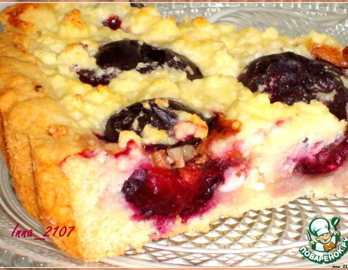 Рецепт: Пирог со сливами и творогом