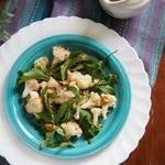 Салат из запечённой цветной капусты с рукколой и орехами