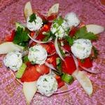 Овощной салат с творожно-огуречными шариками и грушей