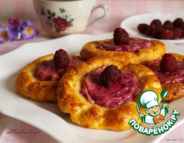 Рецепт: Запеченные сырники с ягодно-кремовой начинкой