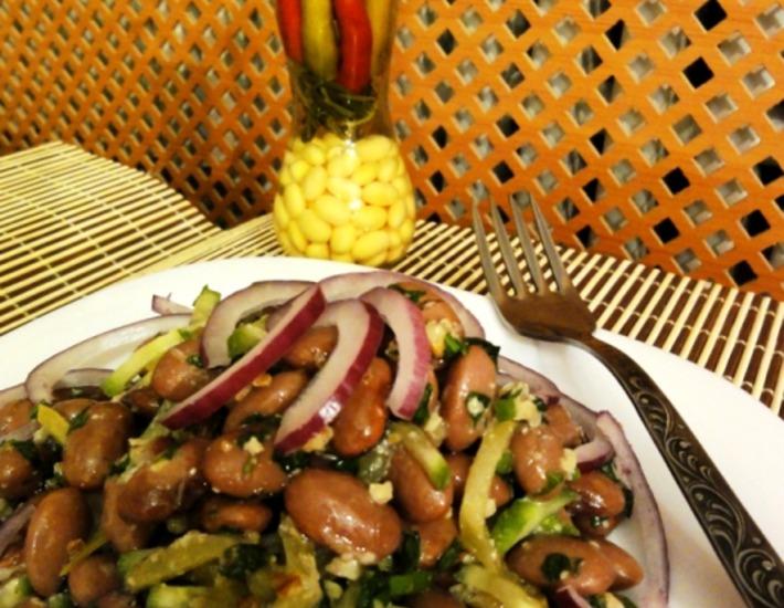 Рецепт: Салат из фасоли с грецкими орехами