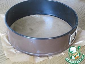 Дно формы (20 см диаметр) выстелить пекарской бумагой, края обмазать сливочным маслом.
