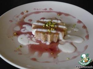 10.Сервируем. Этот десерт лучше подавать со сладким фруктовым сиропом или вареньем. Мне также нравится двойная заливка из какой-нибудь кисломолочки и варенья. На фото йогурт и сливовое варенье. Украшено рубленой фисташкой.