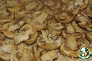 Через 40 минут выкладываем шампиньоны в жаропрочную посуду и запекаем в разогретой до 160 градусов духовке минут 30.