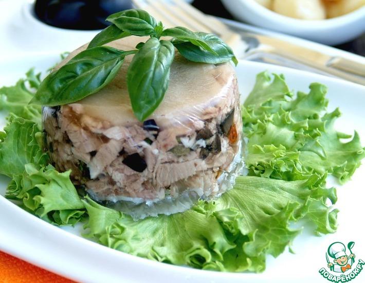 Рецепт: Мини-террины из свиной рульки с маслинами, каперсами и вялеными томатами